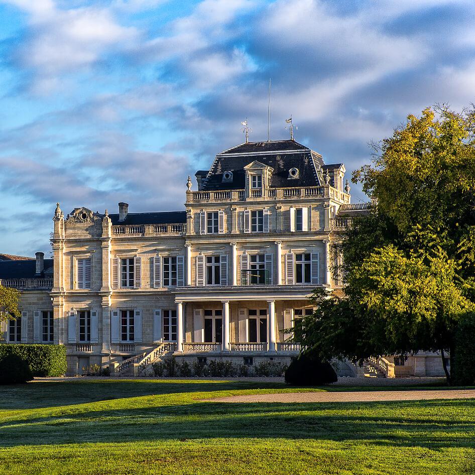 façade du château Giscours et coucher de soleil