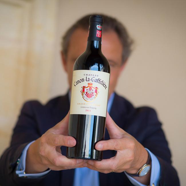 bouteille tendue par les bras de Von Neipperg