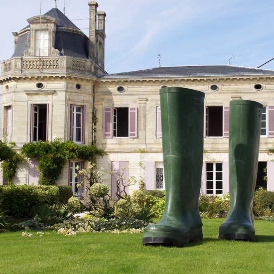 Château Chasse-Spleen et une oeuvre d'art dans le jardin: bottes de 3m