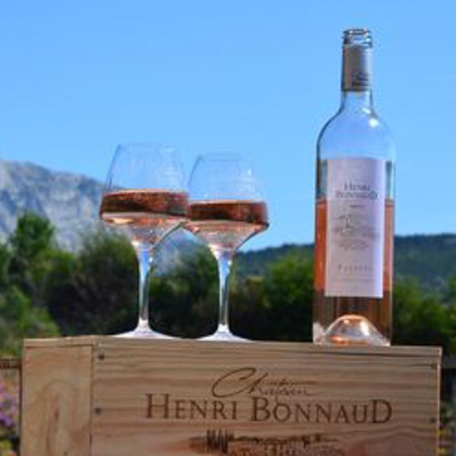 2 verres de rosé sur caisse bois estampillée Château Henri Bonnaud