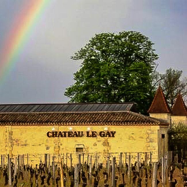 facade avec inscription Chateau le gay et arc-en ciel
