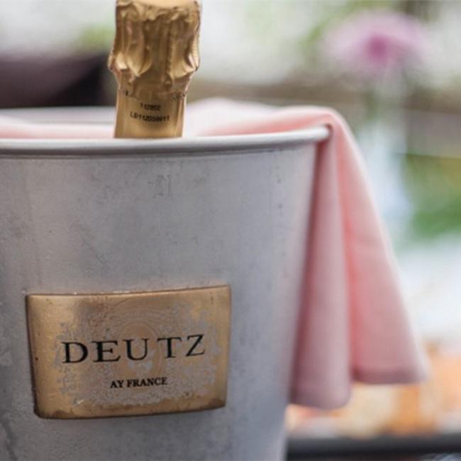 Bouteille Deutz dans seau à champagne